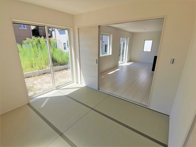 和室 5帖以上の和室は昔ながらの縁(へり)のあるデザイン。ほっと和らぐ和室は客間としてもお子様の遊び場としても最適です