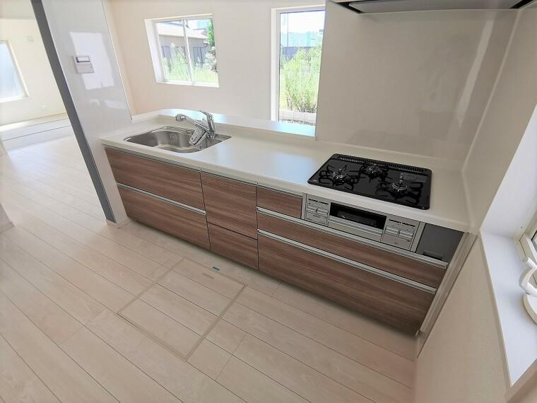キッチン 使い勝手の良いシステムキッチンです 引き出しのブラウンもプラスのアクセント!