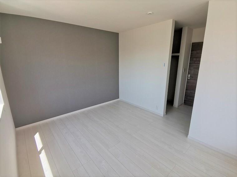 1階LDKと合わせたグレーのアクセントが素敵な洋室です。シンプルなインテリアも素敵な雰囲気に仕上げてくれそうなお部屋です。