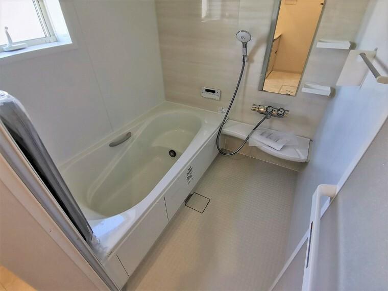 浴室 清潔感のあるホワイトカラーのバスルームです ゆったりサイズのバスで一日の疲れがリフレッシュできそうですね
