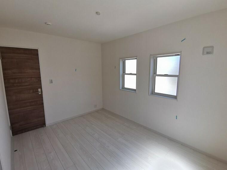 洋室 全居室2面採光、収納付きです