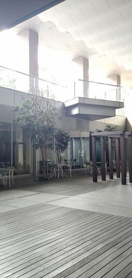 サンクンカフェ前