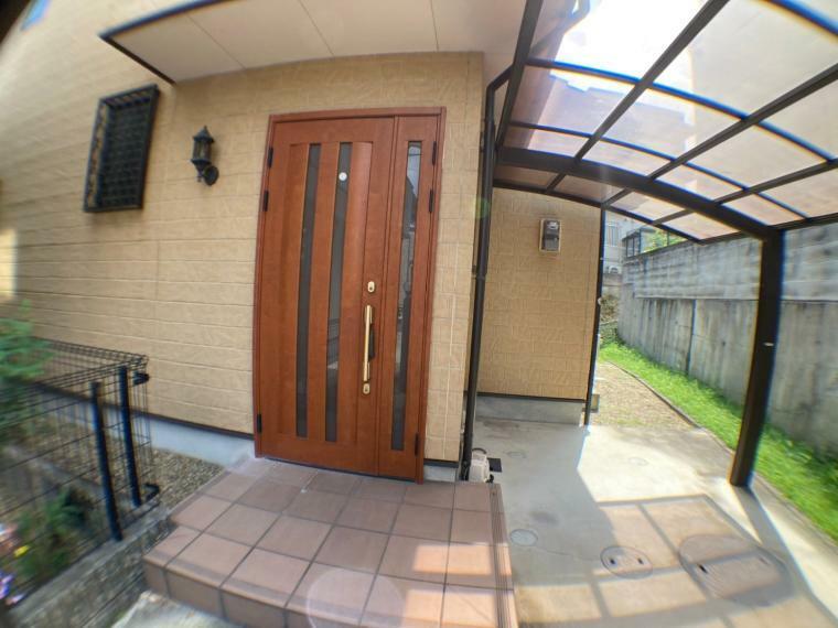 外観写真 親子ドアの玄関(撮影日時2021年7月12日)