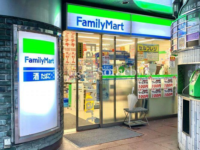 コンビニ ファミリーマート湯島駅前店 徒歩2分。