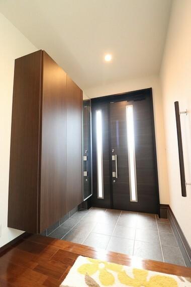 玄関 天井までの高さがあるたっぷり玄関収納。姿見、小引き出しがついているのも便利。 二世帯住宅のため、玄関が2つあります。