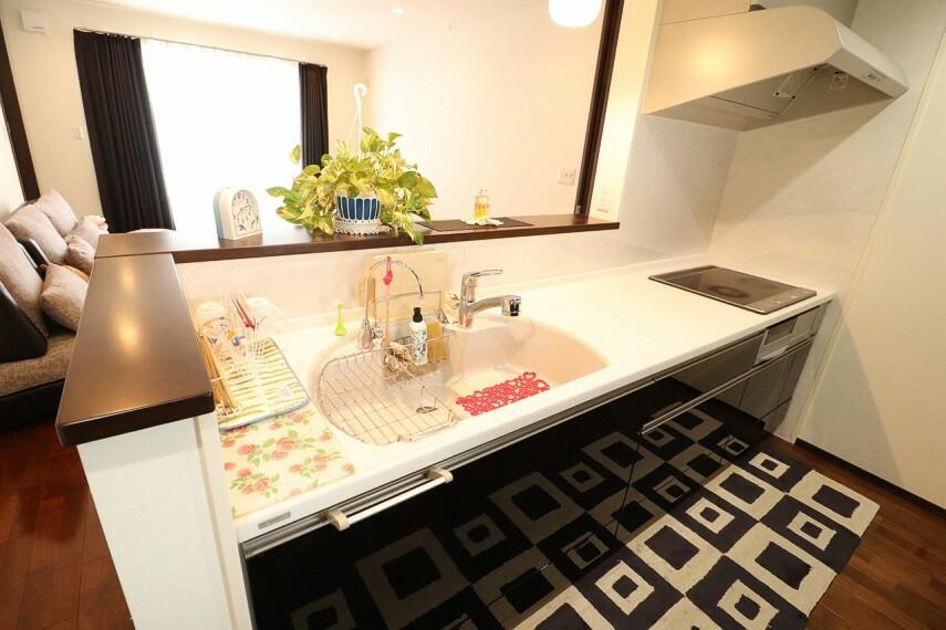 キッチン リビングが見わたせる子育てに優しい対面型キッチン! キッチンはヤマハ製で大理石を使用しております。 ※2階部分