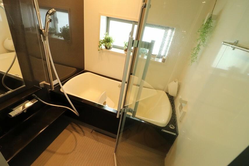 浴室 浴槽はクレードル浴槽。ヘッドレスト部分を高くして首当たりを気持ちよく、またぎ込み部分は低くして、入りやすさに配慮された設計です。※2階部分