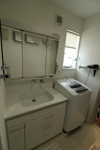 洗面化粧台 TOTO製のハンドシャワー付き洗面台。広い洗面ボウルでは楽にシャンプーや手洗い洗濯ができます。※2階部分