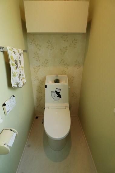 トイレ ウォシュレット機能付きトイレです  タオルリングやペーパーホルダーも完備です  ※2階部分