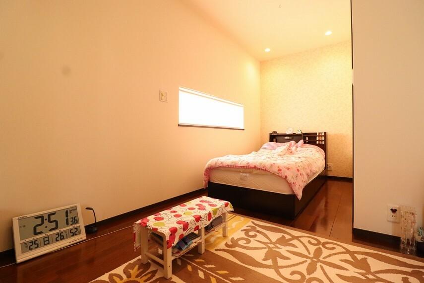 洋室 朝日がやさしく差し込むベッドルームには大容量のウォークインクローゼットをご用意。 ※2階部分