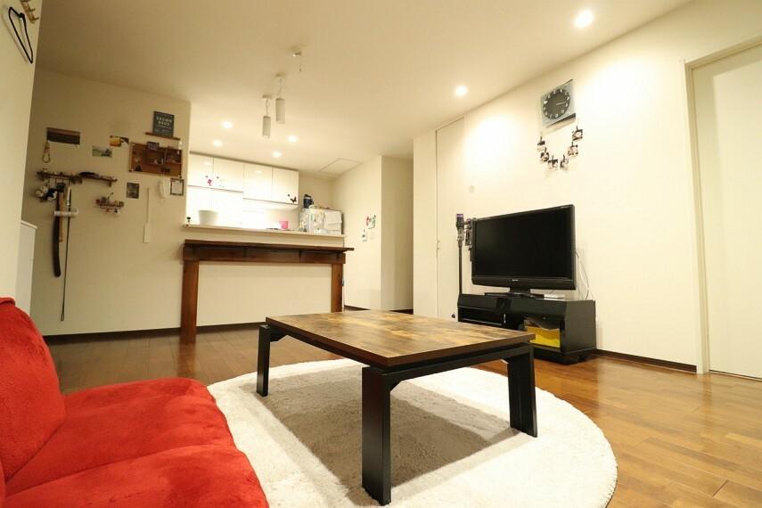 居間・リビング リビングスペースが約16帖あり、カウンター式のキッチンがありますので、お子様がいらっしゃるご家庭でも安心の使いやすい間取りです。 ※1階部分