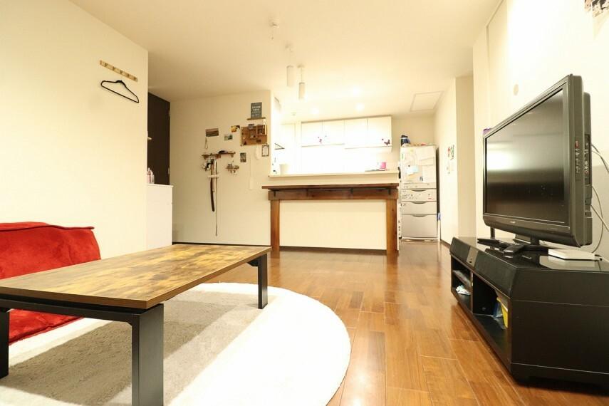 居間・リビング 全居室、複層ガラスの遮熱効果と断熱効果で、一年中快適に過ごせます。 ※1階部分