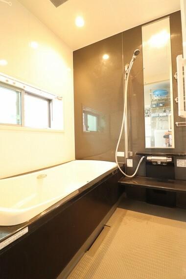 浴室 毎日の疲れも吹き飛ぶ浴室  足も広げてゆったりくつろげます。 ※1階部分