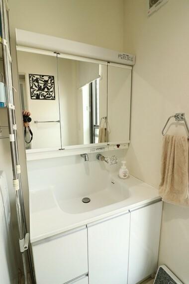 洗面化粧台 洗面台横にランドリーコーナーもゆったり。ドラム式洗濯機も置ける余裕。※1階部分