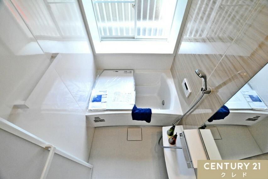 浴室 ユニットバスと給湯器を新規交換済み! 窓から爽やかな風とあたたかい陽光が差し込む浴室です。 窓を開けて露天風呂気分も味わえます!