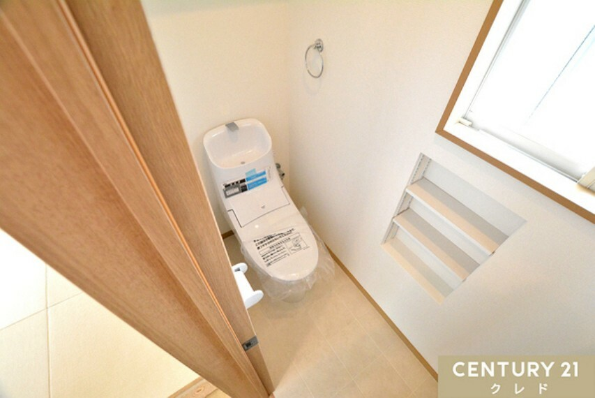 トイレ 新規交換済みで清潔感のあるトイレ! 窓&壁面収納付き。 窓から差し込む陽光で明るく、スッキリと整理整頓ができます!