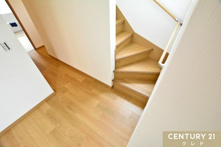 専用部・室内写真 2階へと繋がる手すり付きの階段! 小さなおこさまも安心して上り下りができます!陽光が差し込むあたたかい空間。