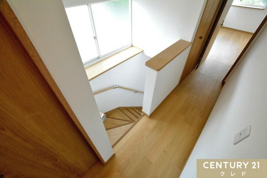 専用部・室内写真 2階から1階へと繋がる階段! 窓からたっぷりの陽光と爽やかな風が舞い込みます。 暗くなりやすい階段部分も明るく風通しの良い場所に!