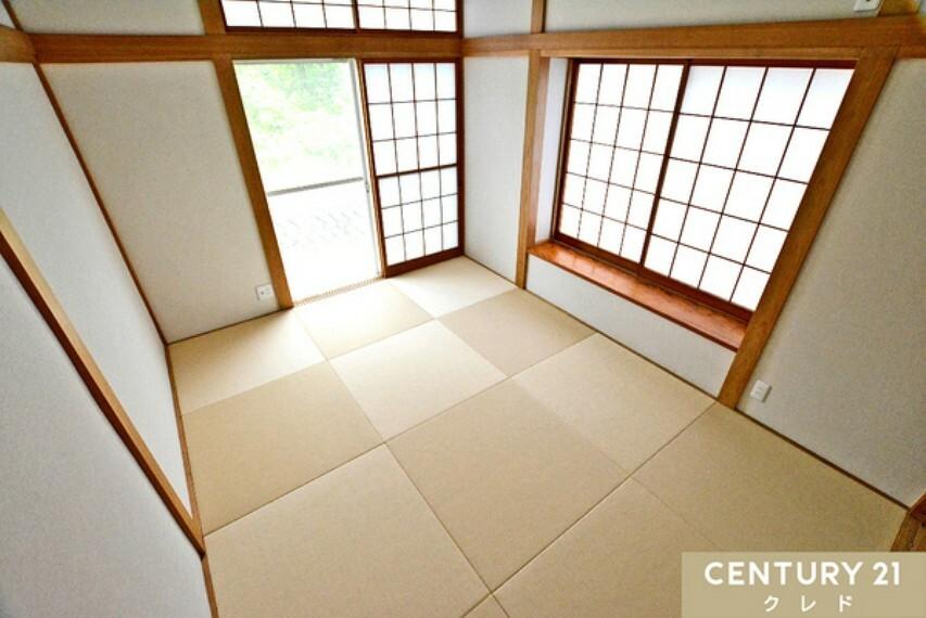和室 1階部分にある2面採光の明るい和室6帖! 玄関から近く、来客対応も瞬時にできて便利。 出窓付きなので、掛け宿やお気に入りの焼き物などを置けます。