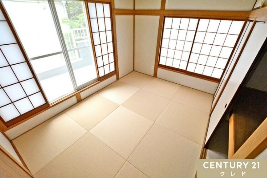 和室 2階のバルコニーに面した和室6帖! お洗濯物を取り込んですぐに収納できます。 やわらかい畳と降り注ぐ陽光に包まれてお昼寝もステキですね!