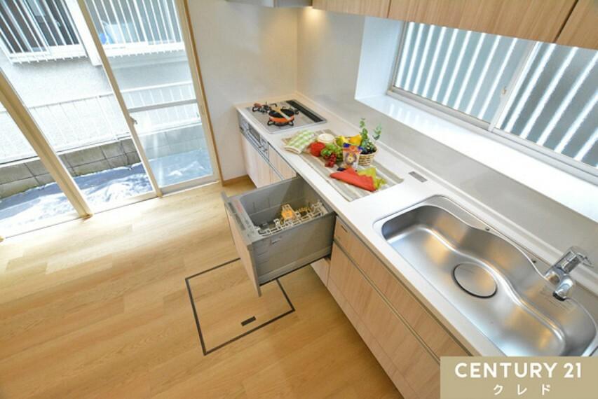 キッチン 調理スペースが広く3口ガスコンロで快適にお料理が作れます! 主食や副菜など夕飯のおかずもたくさんできます。