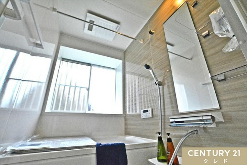 浴室 ベージュのナチュラルなアクセントタイルが落ち着く雰囲気を演出してくれます。