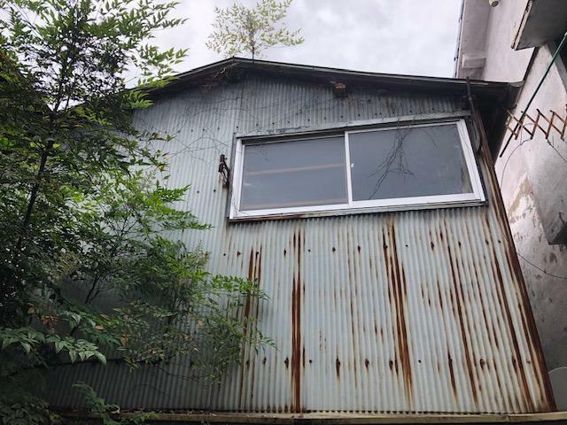 外観写真 屋根が一部落ちています。雨漏れがひどいです。