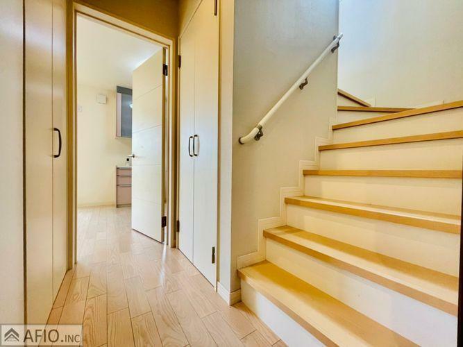 手すり付き階段。小さなお子様も年配の方も安全に上り下りできます。