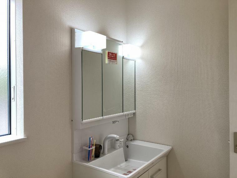 洗面化粧台 3面鏡部分と洗面ボウル下に収納スペースを設け、歯ブラシやドライヤーなど洗面用品は全て見せない収納に!生活感が出てしまいがちな空間もすっきりと見せることができます。