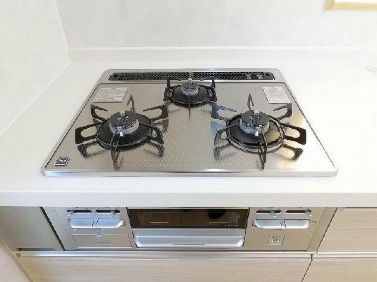 C号棟:キッチン(同仕様施工例)・・・キッチンは3口コンロのシステムキッチン。対面式になっているのでご家族との会話を楽しみながら料理を作ることができます。