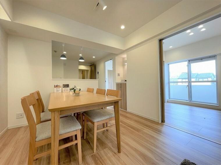 ダイニング 吊戸棚で視界を遮らず、パノラマ感を重視したタイプのキッチンスペース。