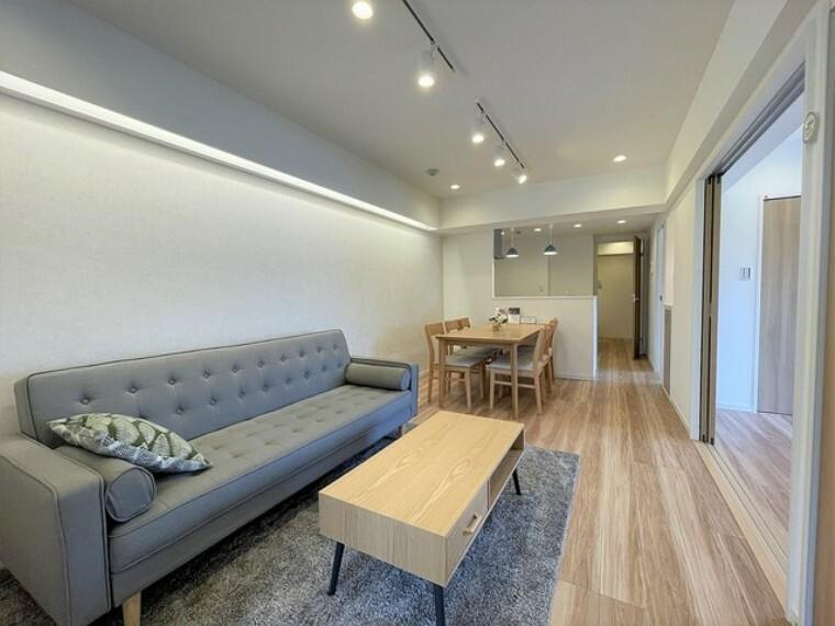 リビングダイニング キッチン、床材、クロスが新品に交換済み。中古ながらも築年数を感じさせません。