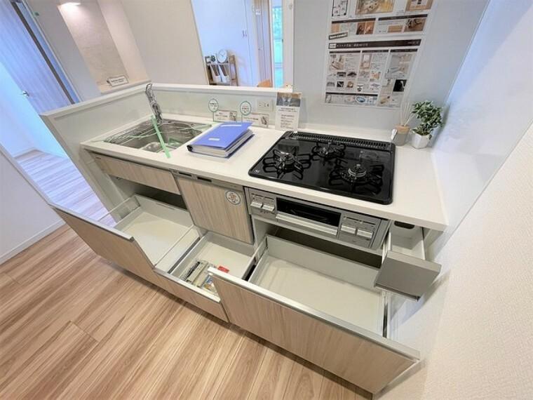 キッチン スライド収納付きシステムキッチン。お鍋類の出し入れもスムーズ。