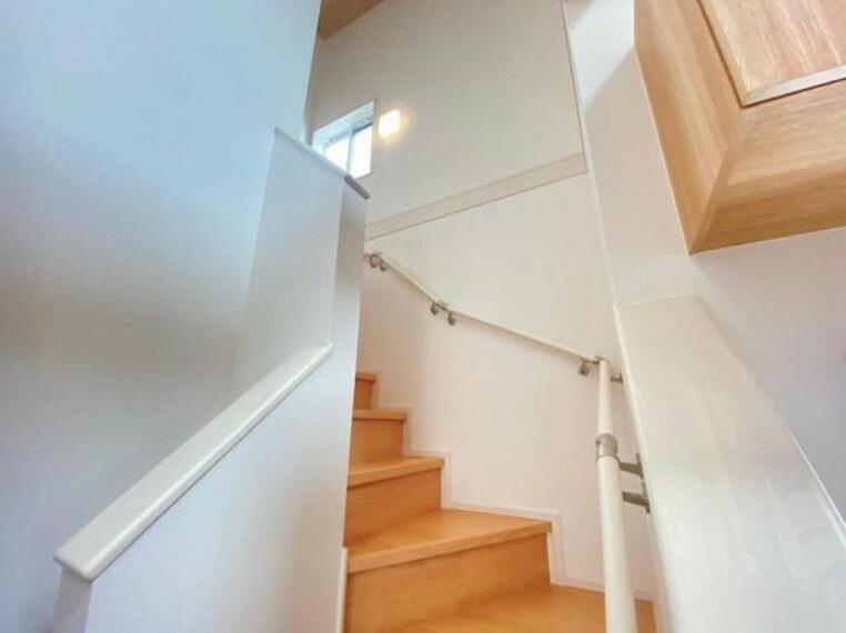 同仕様写真(内観) <同仕様写真>階段は手摺が付いた使う人みんなに優しい安全設計。窓付きなのも嬉しいですね!