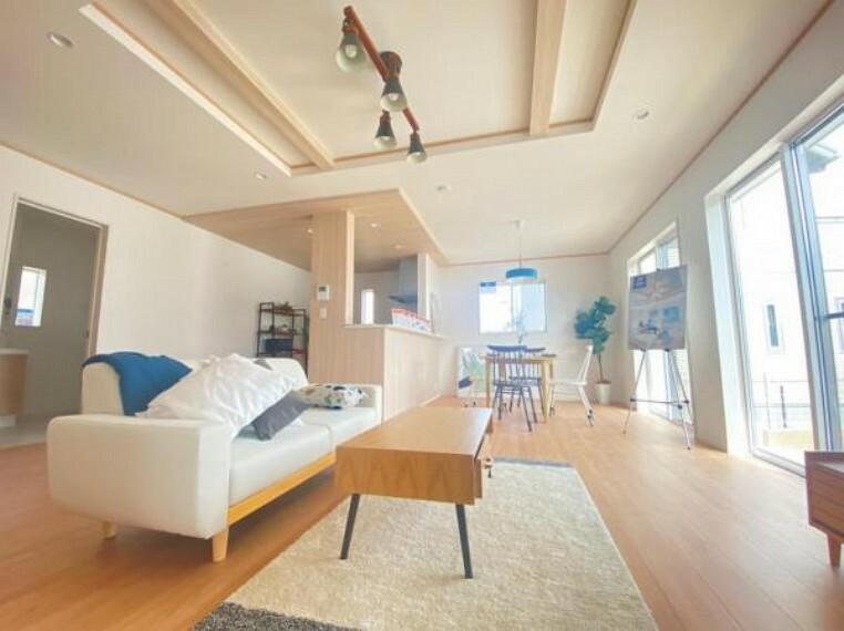 同仕様写真(内観) <同仕様写真>「折上げ天井」を採用。構造部位としての梁を露出し天井を高く仕上げているので天井が高くなり開放感が生まれます!見た目もおしゃれ!