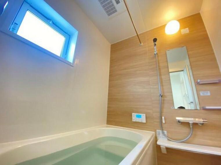 同仕様写真(内観) <同仕様写真>浴槽は保温に優れているので節水や光熱費の節約にもなる省エネ仕様です。浴室の床は水はけが良く滑りにくく乾きやすい設計です!お子様も安心!