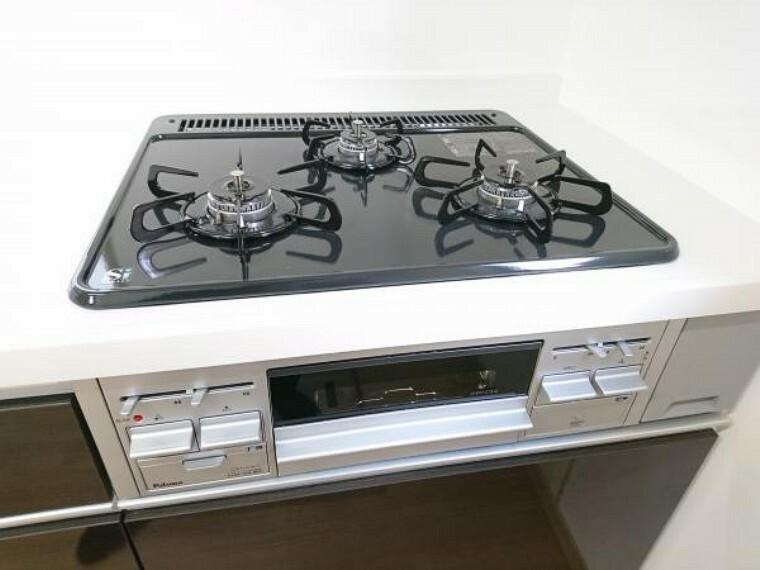 発電・温水設備 【同仕様写真】新品交換予定のキッチンは3口コンロで同時調理が可能。大きなお鍋を置いても困らない広さです。お手入れ簡単なコンロなのでうっかり吹きこぼしてもお掃除ラクラクです。