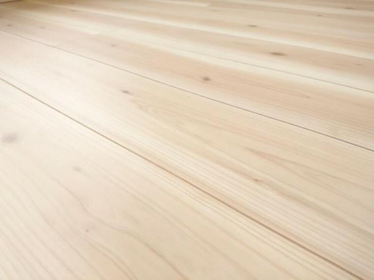 構造・工法・仕様 【同仕様写真】床材は住友林業クレスト社製の床材を使用しています。表面に傷がつきにくく、汚れを落としやすいコーティングを施し、ワックス不要で日々のお手入れも楽々です。