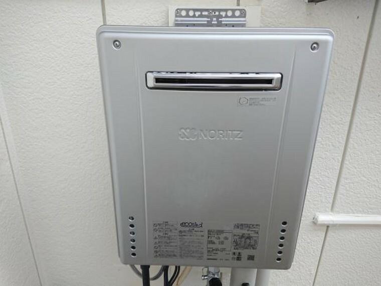 発電・温水設備 【同仕様写真】ノーリツ製の給湯器に新品交換します。キッチン・お風呂・洗面台に温かいお湯を供給してくれる生活必需品です。「エコジョーズ」標準搭載で省エネタイプなので家計にも優しく奥様はうれしいですね。