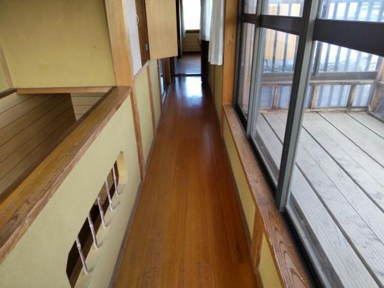 専用部・室内写真 【リフォーム中】2階廊下はフローリング張替をおこない、壁クロス張りをおこないます。歩くスペースが綺麗になるといいですね。