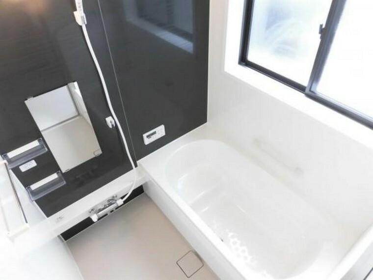 浴室 【同仕様写真】浴室はHousetec製の新品のユニットバスに交換します。足を伸ばせる1坪サイズの広々とした浴槽で、1日の疲れをゆっくり癒すことができますよ。