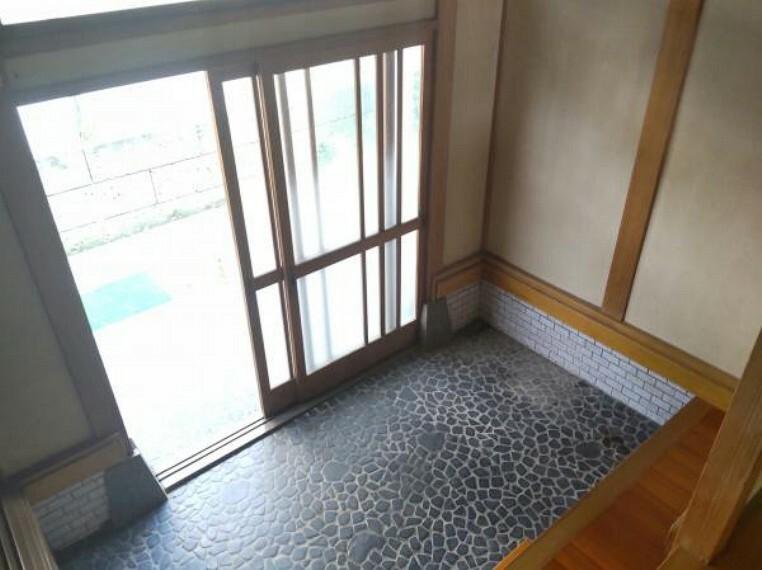 【リフォーム中】壁クロス張り替えをおこない、シューズボックスを新設します。綺麗な玄関は気持ちがいいですね。