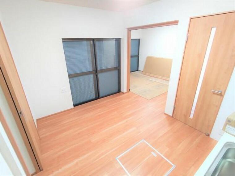 居間・リビング 【リフォーム済】1階DKはフローリングの張替をおこないました。引き戸を開ければ隣の洋室と続き間として使うことができます。