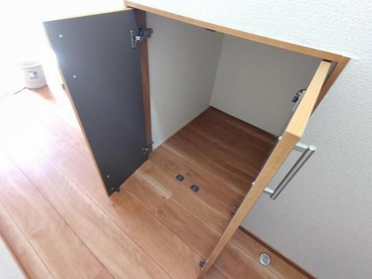 収納 【リフォーム済】階段下収納もフローリングとクロスの張替を行いました。掃除道具など入れておくと便利ですね。段差がないので掃除機などサッと取り出せます。
