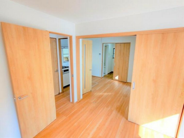 居間・リビング 【リフォーム済】1階DKは壁と天井のクロス張替、床はフローリングで仕上げました。コンパクトな間取りですが、お掃除や食事の準備など普段の使い勝手は良いですよ。