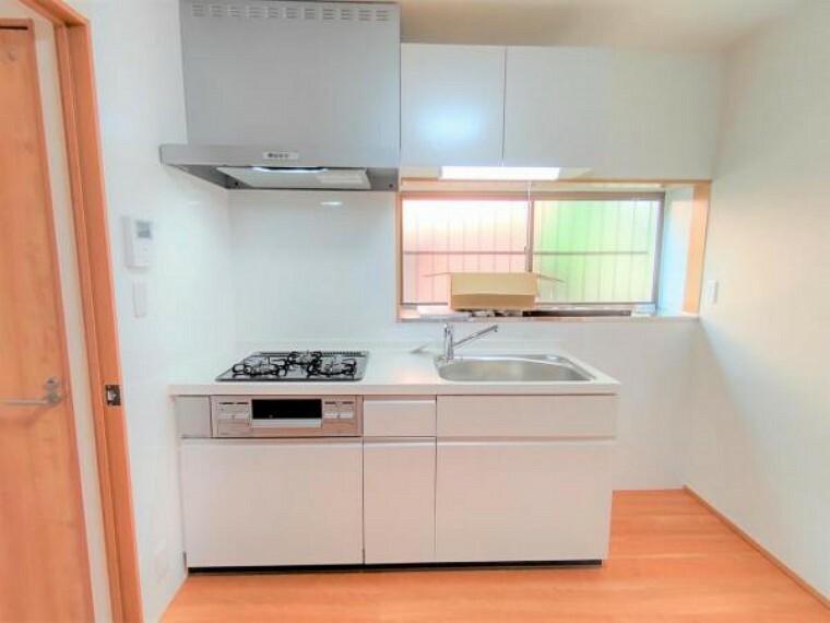 キッチン 【リフォーム済】キッチンはLIXIL製の新品に交換しました。天板は人造大理石製なので、熱に強く傷つきにくいため毎日のお手入れが簡単です。
