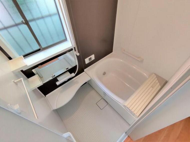 浴室 【リフォーム済】浴室はLIXIL製の新品のユニットバスに交換しました。床は水はけがよく汚れが付きにくい加工がされているのでお掃除ラクラクです。