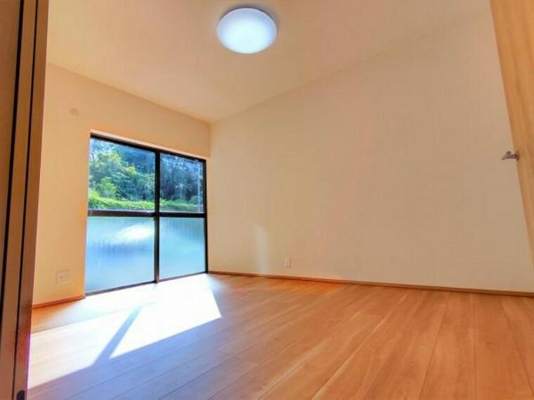 【リフォーム中】1階6帖の洋室です。DKからの続き間となっているので、引き戸を開けて大きなリビングとして使うこともできます。南向きで日当たり良好です。
