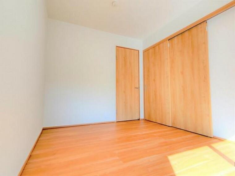【リフォーム済】1階6帖洋室は壁と天井のクロス張替、床はフローリングで仕上げました。DKと引き戸で仕切ることで、個別の部屋としても大きなリビングとしても自由自在です。