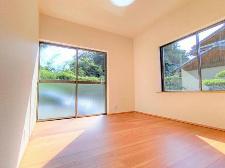 洋室 【リフォーム中】1階5帖洋室は壁と天井のクロス張替、床はフローリングで仕上げました。和室からの間取り変更を行いました。窓が2方向にあり明るい雰囲気のお部屋です。